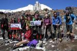 Jeszcze jedno zdjęcie zespołu z Elbrusem w tle. /Zdjęcia: Monika Strojny/www.speleoteam.pl